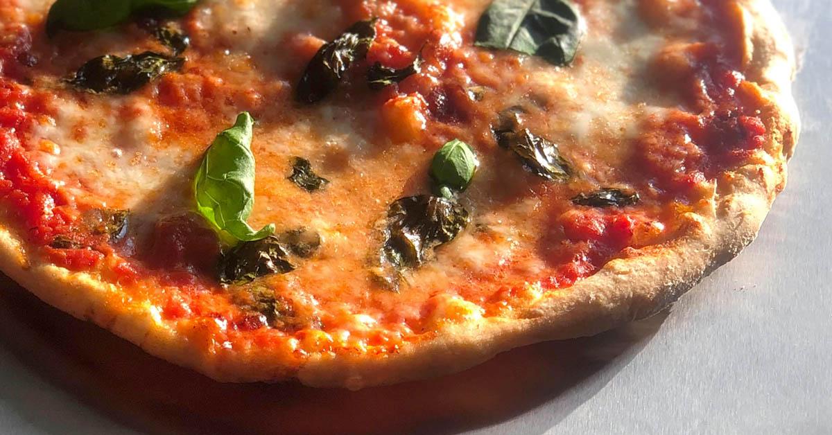 Pizza Margherita raikkaalla tomaattikastikkeella