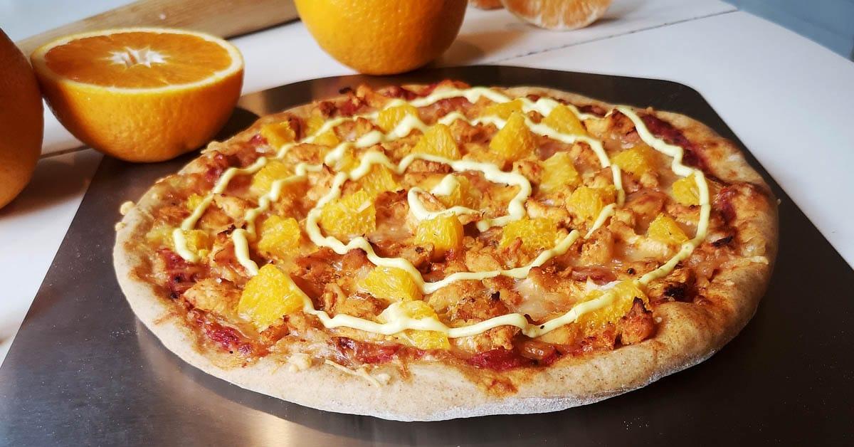 Kana-appelsiini pizza kermaisella currykastikkeella