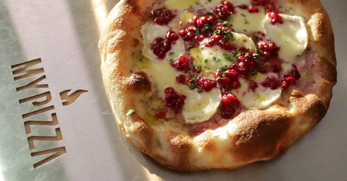 Puolukka-Vuohenjuusto-Bechamel Pizza – metsäiset maut, vuohenjuustoa ja vaaleaa kastiketta