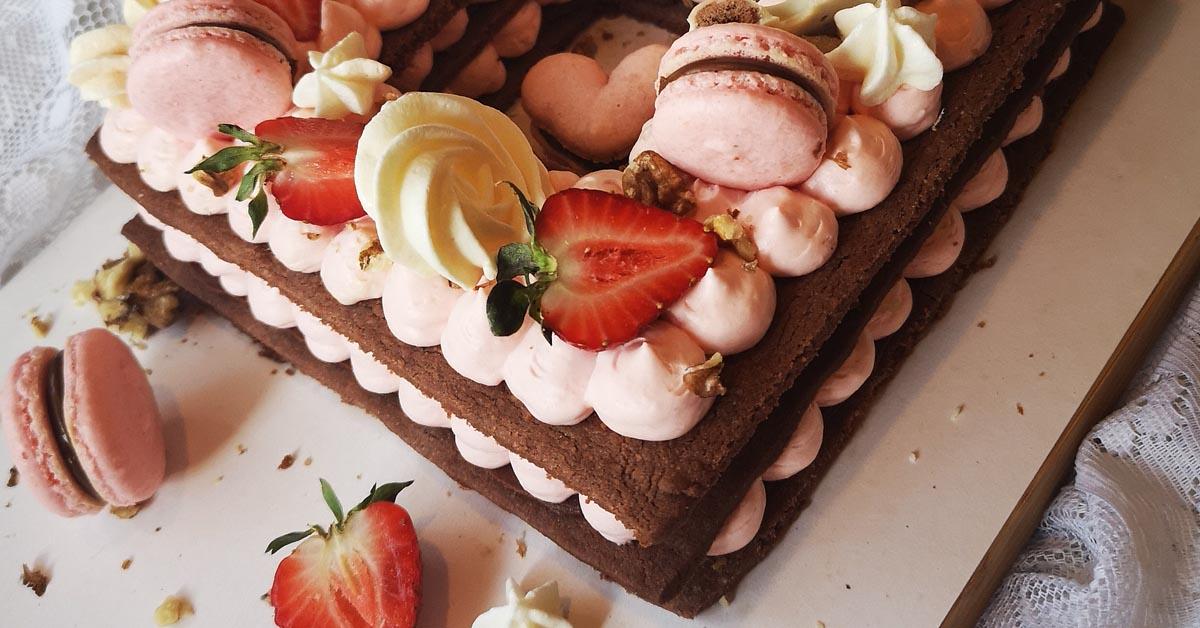 Marjaisa kaakao-keksikakku – sokerikeksipohja, kuningatarhilloa, vaniljaista moussea ja mansikoita